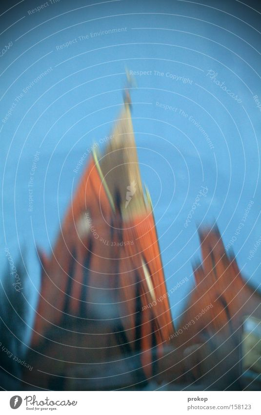 Der Glöckner ist besoffen schön Himmel Baum blau hoch Kirche Turm Backstein heilig Schönes Wetter Verzerrung Barock Moral Gotteshäuser Kirchturm