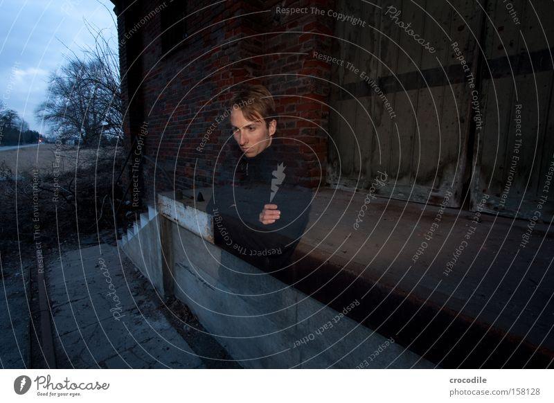 Frust Bahnhof Lagerhalle Selbstportrait Einsamkeit Langeweile Tür Jeanshose Jeansstoff Mann gehen Treppe anlehnen Frustration genervt Wut Ärger Vergänglichkeit