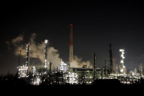 nachtschicht dunkel Industrie Fabrik Nacht Rauch Schornstein Umweltschutz Arbeitsplatz Umweltverschmutzung Wasserdampf Klimawandel Schichtarbeit Chemiewerk