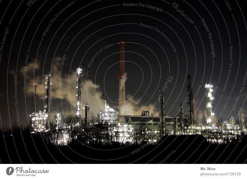 nachtschicht Fabrik Nacht Rauch Wasserdampf dunkel Licht Schornstein Schichtarbeit Chemiewerk Umweltschutz Umweltverschmutzung Klimawandel Arbeitsplatz