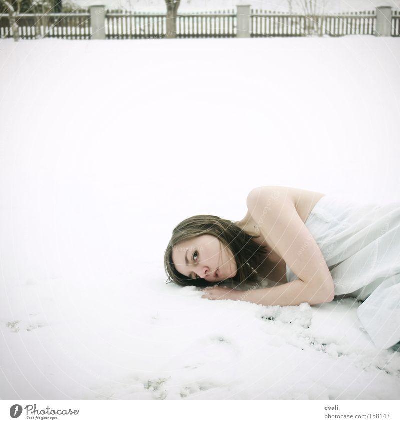 White is the colour of snow Frau weiß Schnee liegen Bekleidung Kleid Farbe
