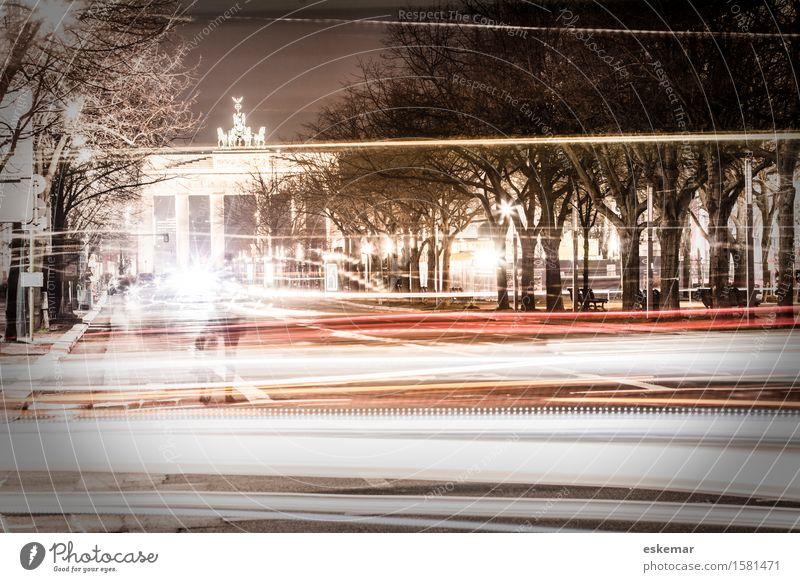 Brandenbuger Tor bei Nacht Berlin Deutschland Stadt Hauptstadt Stadtzentrum bevölkert Bauwerk Gebäude Sehenswürdigkeit Wahrzeichen Brandenburger Tor Verkehr