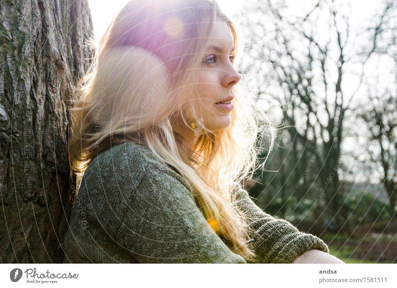Sarah Mensch feminin Junge Frau Jugendliche Erwachsene 1 18-30 Jahre Natur Landschaft Baum Pullover blond langhaarig Ferne Zufriedenheit Einsamkeit Erholung