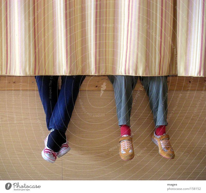 Modenschau Mensch Kind Freude Spielen Fuß Freundschaft Schuhe Beine Mode Bekleidung sitzen Jeanshose Show Hose Stoff Kindheit