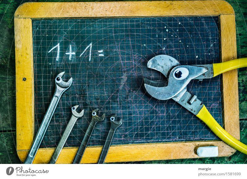 1 + 1 = ? Eine Zange und vier Schraubenschlüssel mit Augen auf einer alten Rechentafel Schule Tafel Schulkind Schüler Lehrer Beruf Handwerker Arbeitsplatz