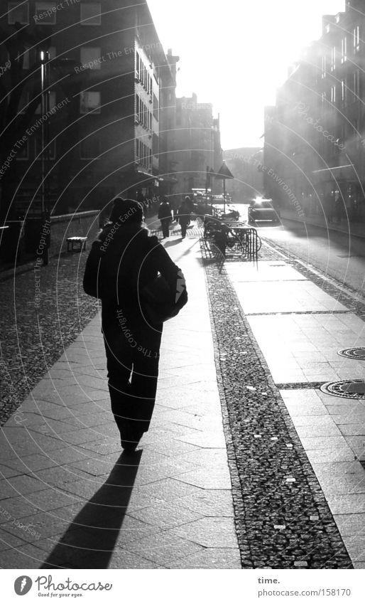 HL08 - Frauen im Raum (V) Frau Stadt Straße Wege & Pfade Erwachsene gehen Spaziergang Asphalt Vergänglichkeit Bürgersteig Verkehrswege Stadtzentrum Flucht Pflastersteine unterwegs Fußgängerzone