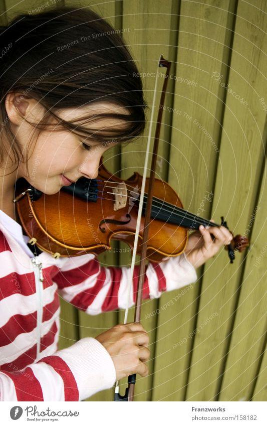 Säge. Jugendliche Musik Bildung Konzert Konzentration Musiknoten Musikinstrument Lied Geige Klassik Streichinstrumente Geigenbogen