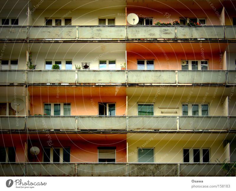 Schachboxen Architektur Haus Gebäude Bauwerk Plattenbau Fassade Balkon Elendsviertel Satellitenantenne Fenster Verfall dreckig Sanieren Geländer Trauer