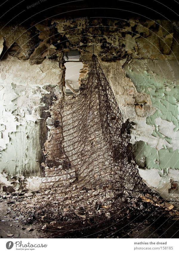 799 Raum Gebäude alt schäbig Ruine dreckig Wand Stillleben Menschenleer Tod Schlafmatratze Luftmatratze Gitter Loch platzen Farbe Farbstoff verfallen