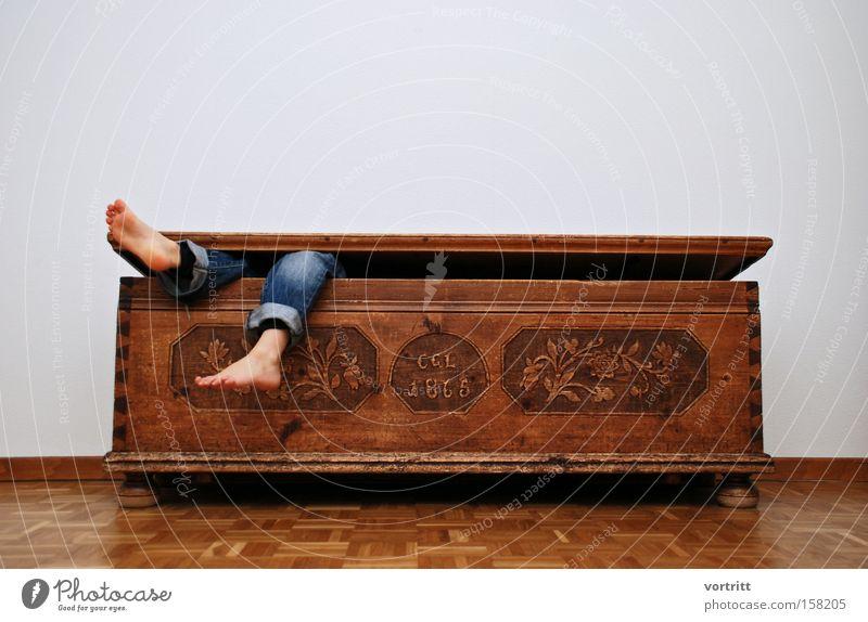 Verschlungen Fuß Beine Versteck Holz Parkett Kiste liegen hängen Tod Leben Mensch lustig makaber unheimlich Geister u. Gespenster Angst Panik