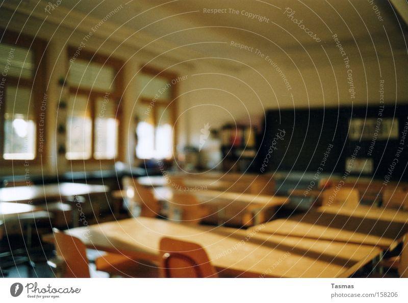 Kindheitserinnerungen Einsamkeit Schule Schulgebäude Tisch leer Pause Stuhl Bank Bildung Tafel Konzentration Langeweile Erinnerung Klassenraum Schulbank