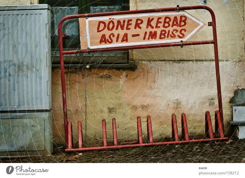 Trennkost alt Fassade authentisch Schilder & Markierungen Ernährung trist trocken Pfeil Speise Richtung Typographie schäbig Wort Fastfood Handschrift Imbiss