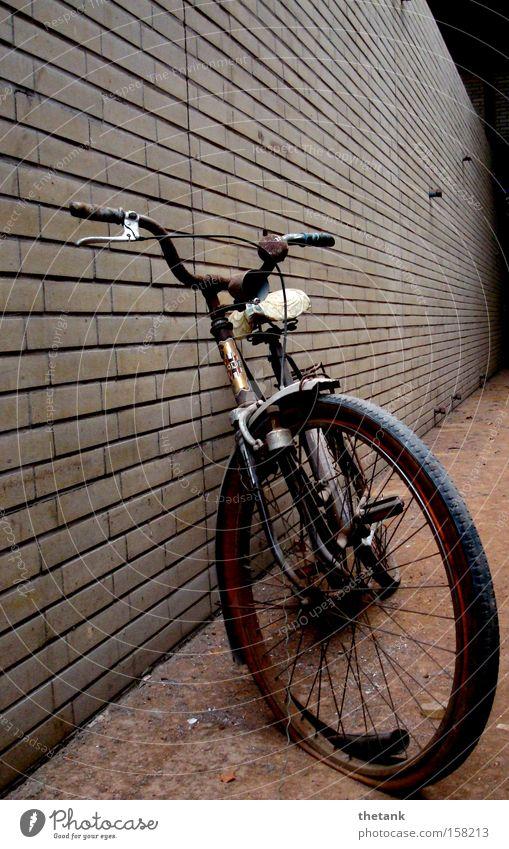 ausgedient ruhig Fahrrad Rost Backstein alt kaputt Einsamkeit Vergangenheit Vergänglichkeit Schrott Wand vergessen Erinnerung verfallen verschrottet Fabrikrad