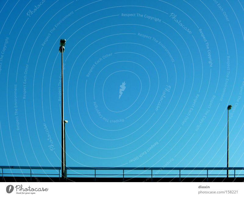 zwei Himmel blau Straße Lampe Zusammensein klein groß Verkehr Brücke Verkehrswege Schönes Wetter Geländer Straßenbeleuchtung hinten Brückengeländer gleich