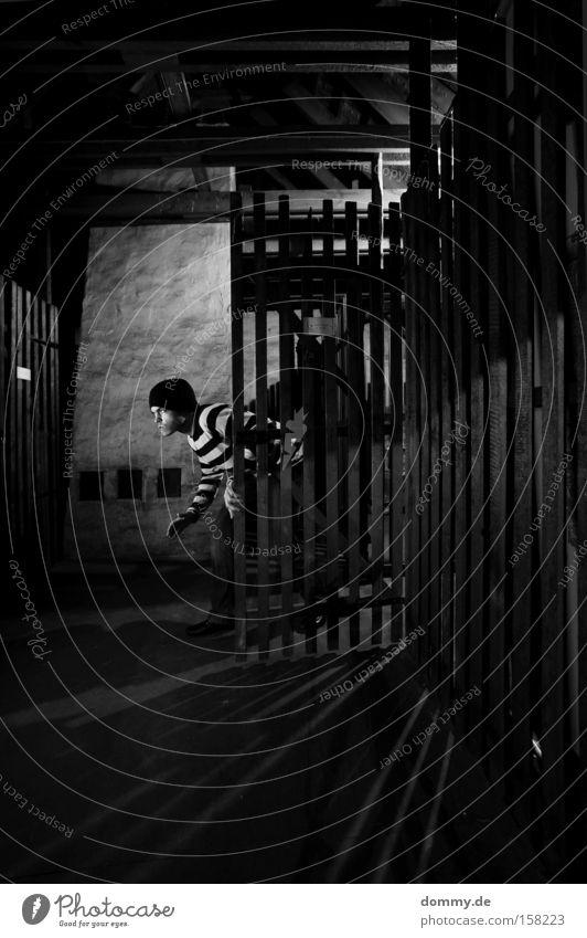 burglar Mann ruhig Mütze brechen Dieb gestreift Dachboden Diebstahl entwenden Kriminalität schleichen