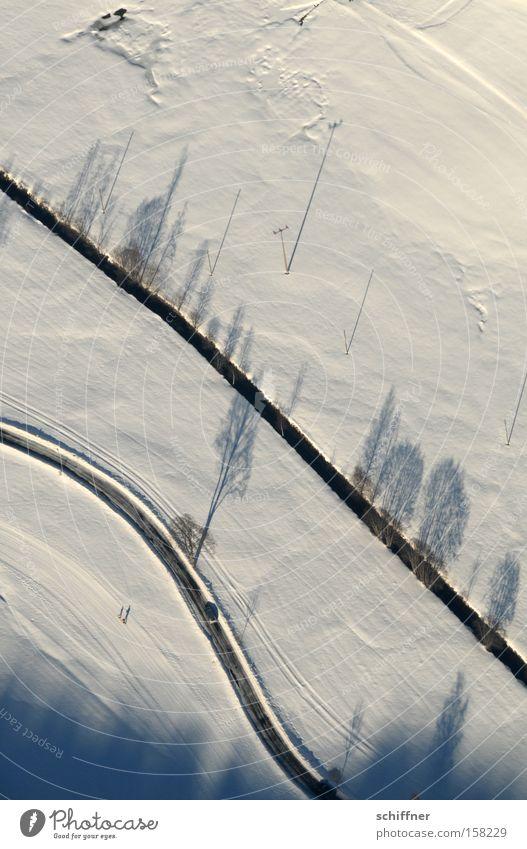 Vogel guckt runter V Baum Winter Straße kalt Schnee Landschaft Linie Flugzeug Aussicht Bach Tal Schwarzwald Mittelgebirge Wellenlinie
