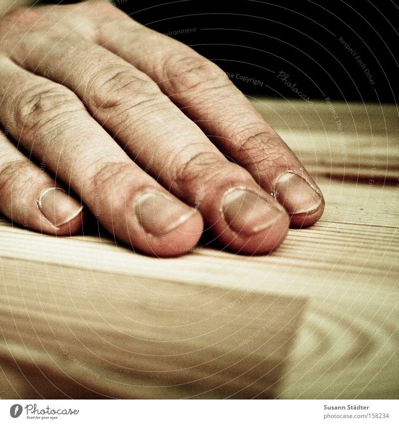 Handzahm Finger Fingernagel Skelett Haut verschrumpelt Falte Hautfalten Fingerkuppe lackieren Mann Tisch Holz Tischplatte