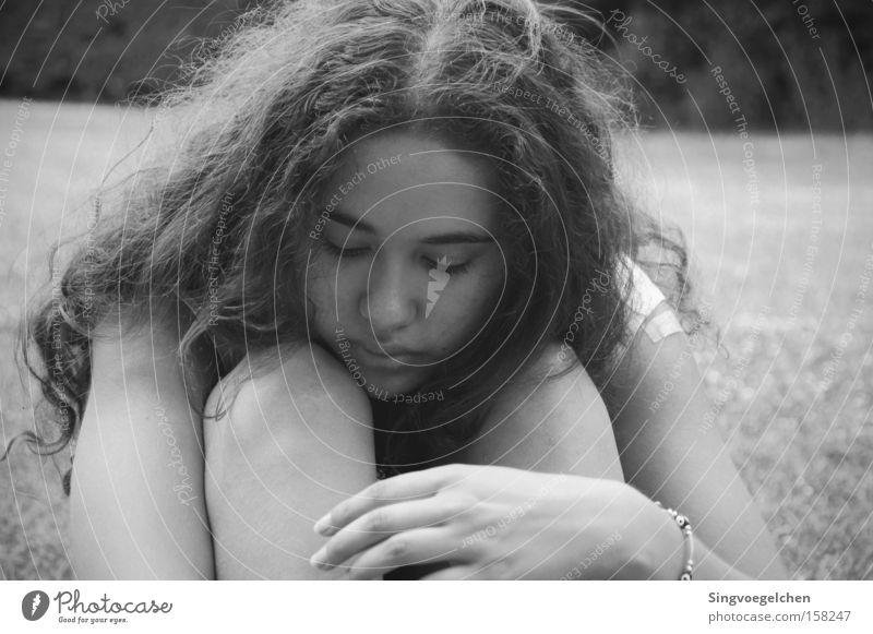 sometimes Jugendliche weiß Mädchen schwarz Wiese Leben Traurigkeit Trauer Verzweiflung Liebeskummer