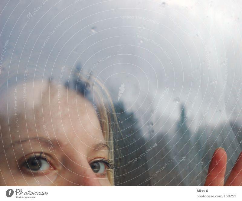 Ausblick Farbfoto Morgen Abend Dämmerung Sonnenaufgang Sonnenuntergang Gesicht Frau Erwachsene Kopf Hand Wassertropfen Regen Fenster Stoff blond Traurigkeit