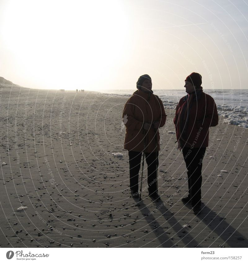 winterstandspaziergang Sonne Licht Schatten 2 Strand Meer Winter sprechen Mensch Gegenlicht Kontrast Dänemark Nordsee Küste Frau