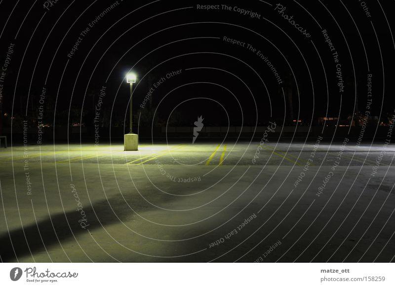 ein Licht aufgehen Einsamkeit Lampe dunkel hell Beton leer verfallen Flughafen Laterne Verkehrswege Parkplatz