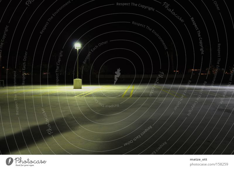 ein Licht aufgehen Lampe Laterne Beton Parkplatz hell dunkel leer Einsamkeit Verkehrswege verfallen Flughafen schwar