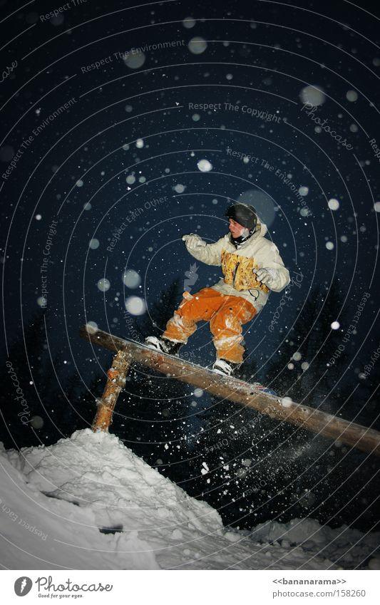 50/50 Snowboarder Wintersport Schneeflocke Aktion Vergnügungspark Nacht Pulverschnee Freude Funsport Rail 50-50 Rider jibben Verbindung grind slide