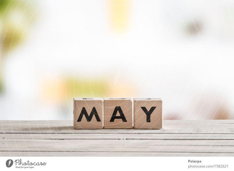 Mai-Wort auf Holzschild Farbe weiß Spielen Schule Design Kindheit Kreativität Tisch Idee Jahreszeiten Symbole & Metaphern Kalender Spielzeug Schreibtisch