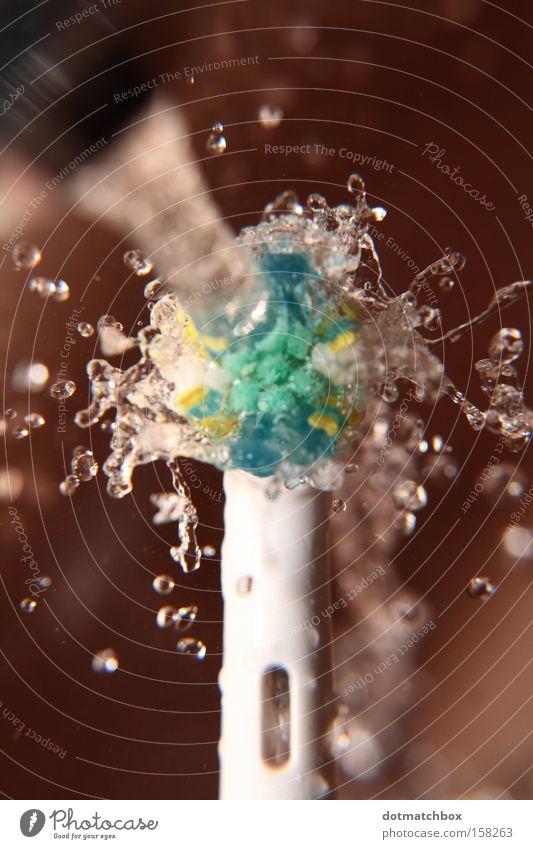Tropfenschleuder Wasser Wassertropfen Bad Makroaufnahme spritzen rotieren Wasserhahn elektrisch Waschbecken Bürste Borsten Kraft Physik Zahnbürste Zentrifuge