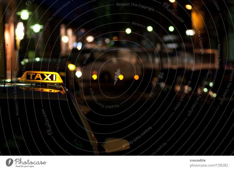 TAXI Taxi KFZ fahren Taxifahrer Unschärfe Bahnhof Fahrer Nacht dunkel Straße stehen warten Bus Lampe Scheinwerfer Autoscheinwerfer Dienstleistungsgewerbe