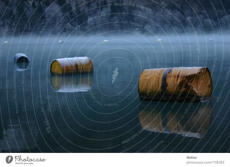Fässerflotte Fass See Winter Metall gelb blau Reflexion & Spiegelung Wasser kalt Frost Rost Tiefgang ruhig Umweltverschmutzung Eis Industrie
