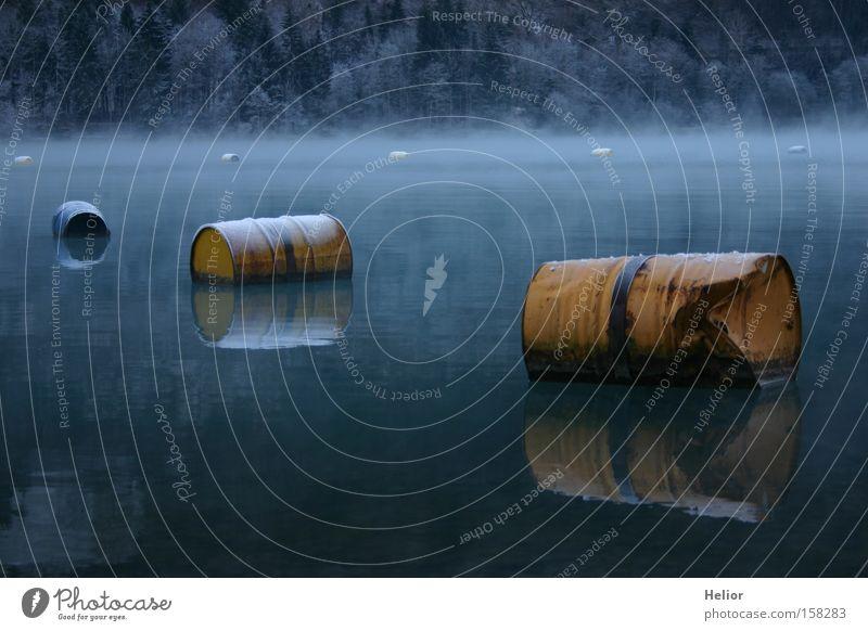 Fässerflotte Wasser blau Winter ruhig gelb kalt See Eis Metall Industrie Frost Rost Reflexion & Spiegelung Umweltverschmutzung Fass Tiefgang