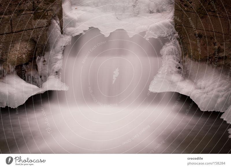 Eisfall München Bach Wasserfall fließen Mauer künstlich gefroren kalt Winter Langzeitbelichtung Frieden