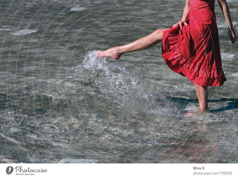 Ein Sommerbild Frau Jugendliche Wasser rot Ferien & Urlaub & Reisen Freude Erwachsene kalt Beine Schwimmen & Baden nass Wassertropfen frisch Kleid