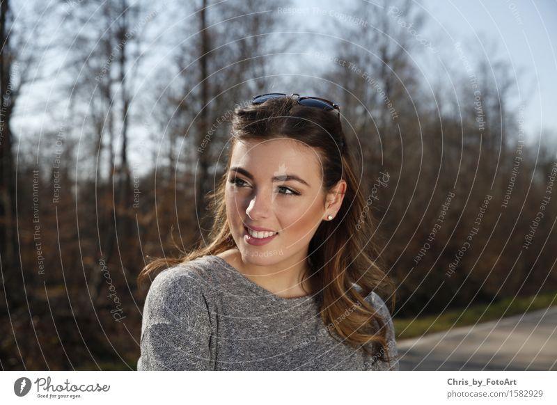 chris_by_fotoart Lifestyle Junge Frau Jugendliche Erwachsene 1 Mensch 18-30 Jahre Wald Straße Pullover Schmuck Ohrringe Sonnenbrille brünett langhaarig Lächeln