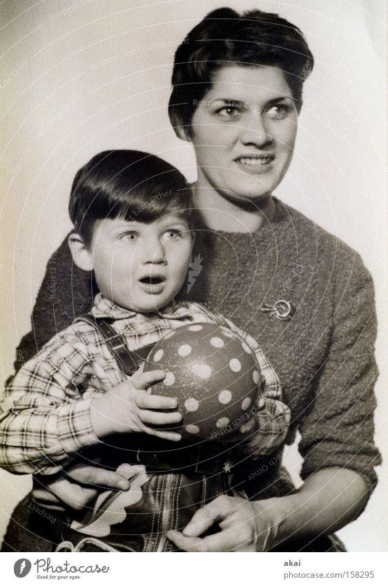 1960....... Fotografie Porträt Kind Sohn Mutter Ball Krachlederne Lederhose retro antik Nostalgie klein Dienstleistungsgewerbe Schwarzweißfoto fototermin Junge