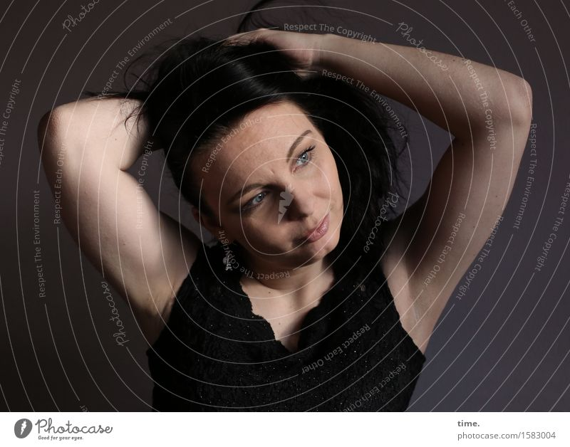 . feminin 1 Mensch Hemd schwarzhaarig langhaarig beobachten festhalten Blick warten sportlich schön Gefühle Zufriedenheit selbstbewußt Willensstärke