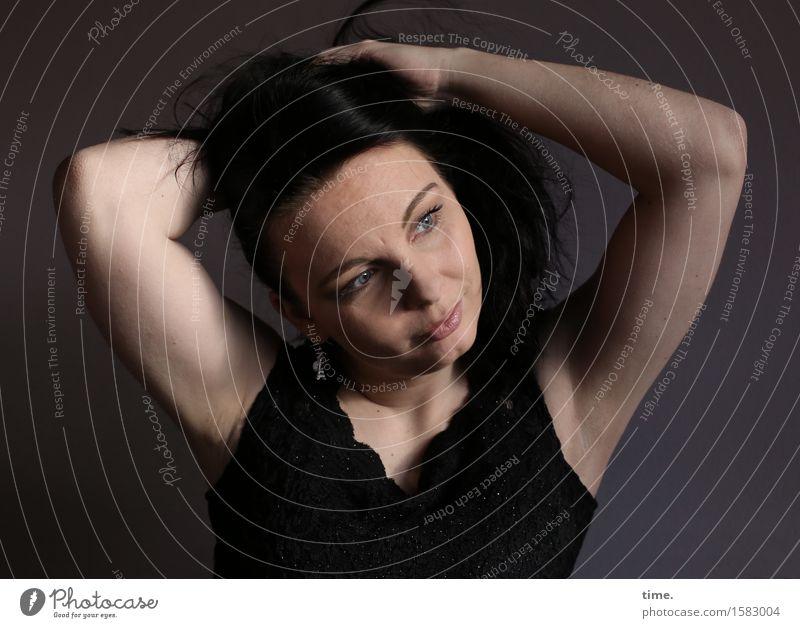 Narula feminin 1 Mensch Hemd schwarzhaarig langhaarig beobachten festhalten Blick warten sportlich schön Gefühle Zufriedenheit selbstbewußt Willensstärke