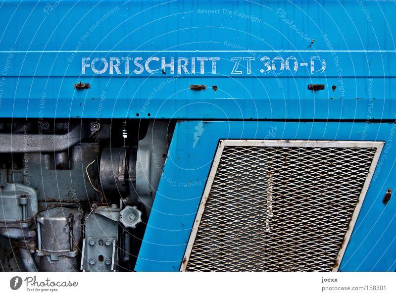 Es geht voran … blau Diesel Fortschritt Gitter innovativ Kraft Landwirtschaft Leistung Lüftung Motor Technik & Technologie Technikfotografie Tradition Traktor
