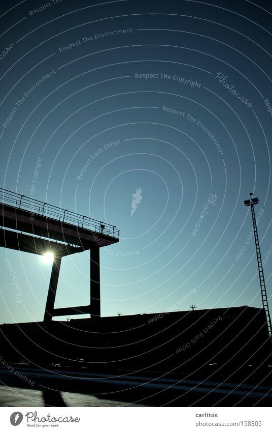 Das Runde muss in das Eckige Sonne Kran Container Güterverkehr & Logistik Eisenbahn blau Gegenlicht Silhouette Arbeit & Erwerbstätigkeit Bahnhof Tor Ball