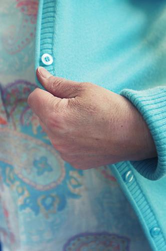 frauenhand an türkiser strickjacke - auf zum opernball! Hand Strickjacke Jacke Knöpfe hell-blau weich Strickware home fashion Bekleidung bequem gestrickt Frau