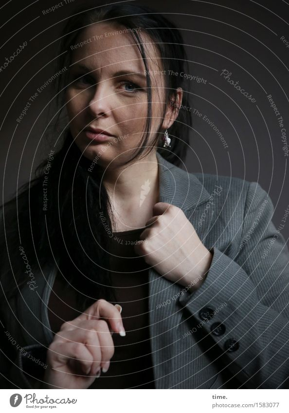 . feminin 1 Mensch Jacke Ohrringe schwarzhaarig langhaarig beobachten Denken Blick warten schön selbstbewußt Coolness Kraft Mut Wachsamkeit Selbstbeherrschung