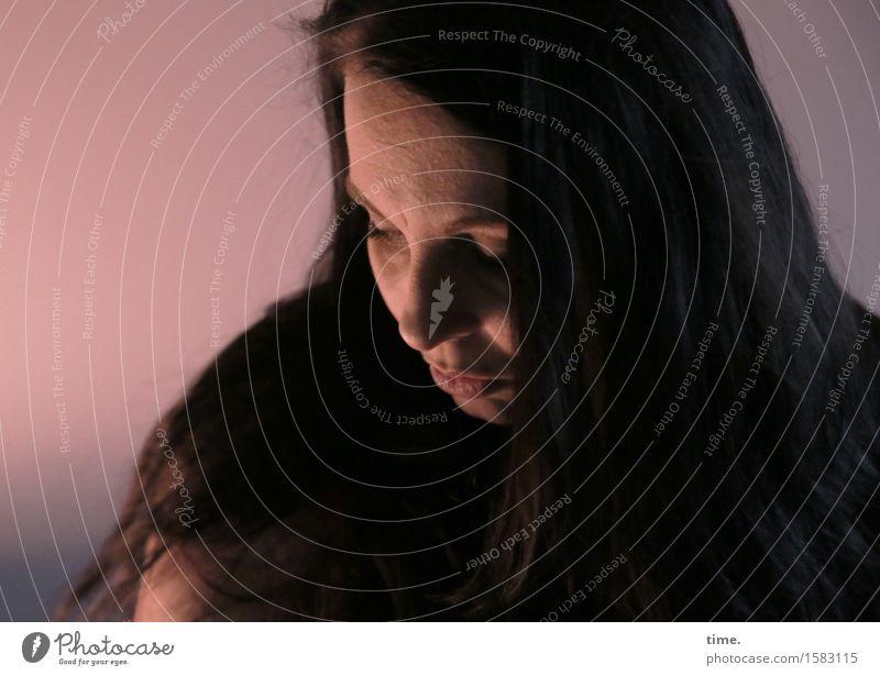 . feminin 1 Mensch Mauer Wand schwarzhaarig langhaarig beobachten Denken Blick warten schön Gefühle Sicherheit Schutz Gelassenheit geduldig ruhig Sorge