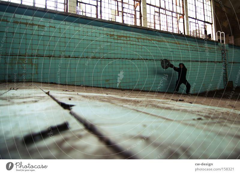 Krieger Mensch Blatt Einsamkeit Architektur dreckig leer trist Schwimmbad Körperhaltung Bad Sportler Funsport Kämpfer Schwimmhalle