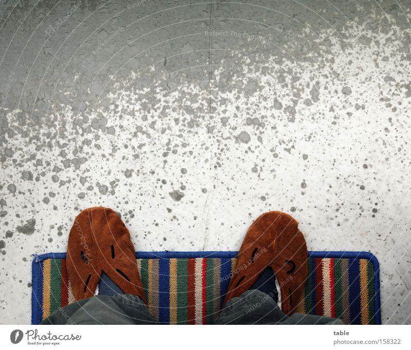 Stubenhocker Mensch kalt grau Regen Wetter nass Beton Bekleidung Bodenbelag Freizeit & Hobby Balkon gemütlich Terrasse ungemütlich Schuhe Fußmatte