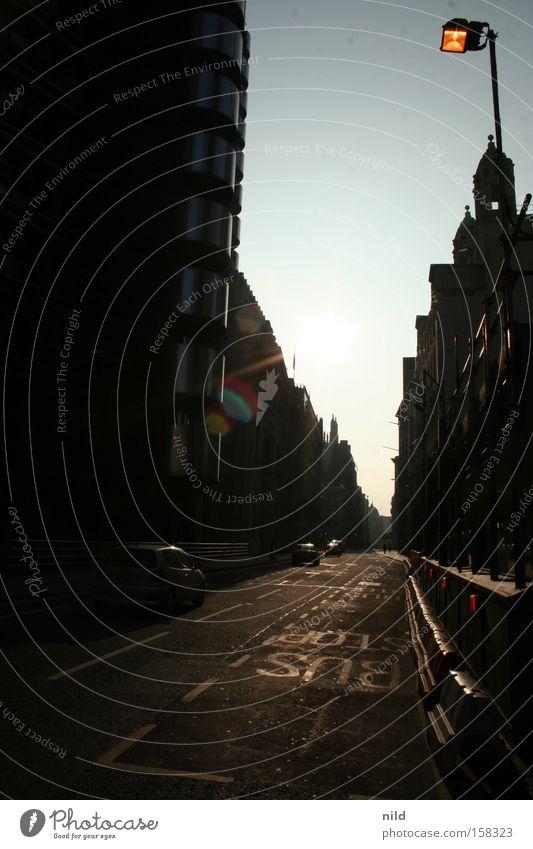 Fluchtpunkt London England Hauptstadt Straße Straßenflucht Perspektive gerade Gegenlicht Stadt Verkehrswege Busstreifen Architektur
