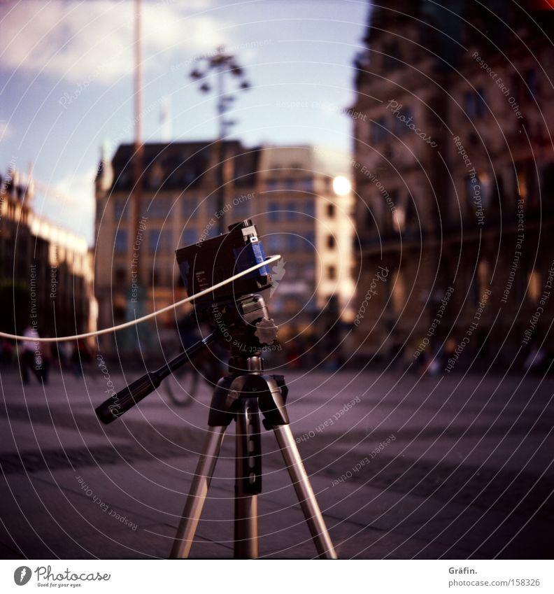 Verrückte Fotografie Fotokamera Auslöser Stativ Experiment Tourist Fotografieren warten Hamburg Neugier Verkehrswege Rathausmarkt Plastikkamera Lochbild Versuch