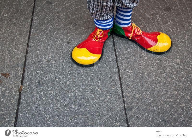 Clown Hoppla Mensch rot Freude gelb lustig Fuß Feste & Feiern außergewöhnlich Schuhe stehen Asphalt Karneval Strümpfe Clown Kostüm Karnevalskostüm