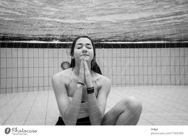 Stille Mensch Jugendliche Junge Frau Erholung ruhig Mädchen 18-30 Jahre Erwachsene Leben Schwimmen & Baden Freizeit & Hobby 13-18 Jahre Körper sitzen Wellness