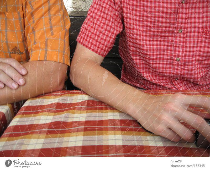 kleinkariert Muster Arme Hand Hemd rot gelb orange 2 Mensch wandern Pause Mann Bekleidung Anschnitt